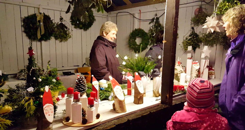 Glühwein und liebevoll dekorierte Stände bringen vorweihnachtliche Stimmung 3