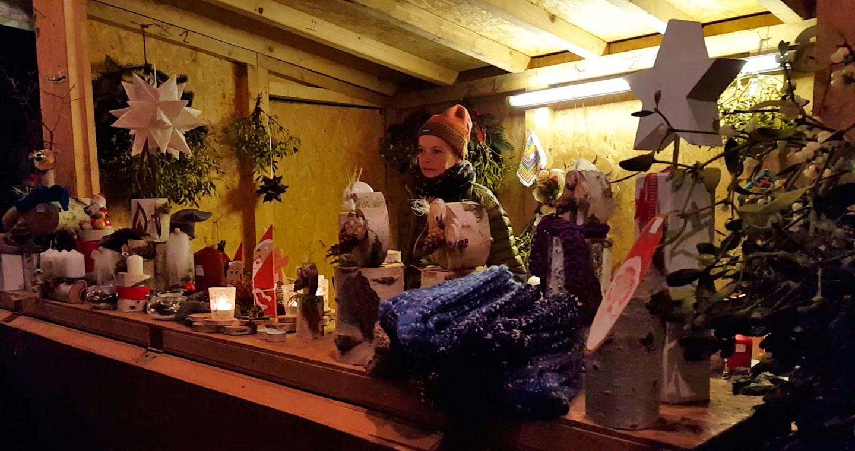 Glühwein und liebevoll dekorierte Stände bringen vorweihnachtliche Stimmung 1