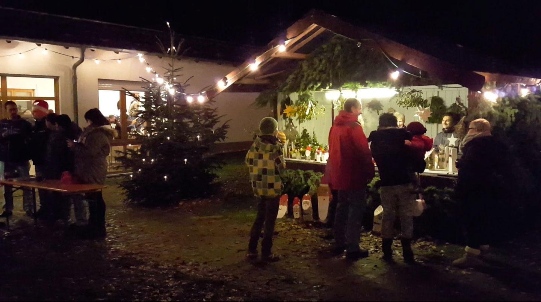 Glühwein und liebevoll dekorierte Stände bringen vorweihnachtliche Stimmung 6