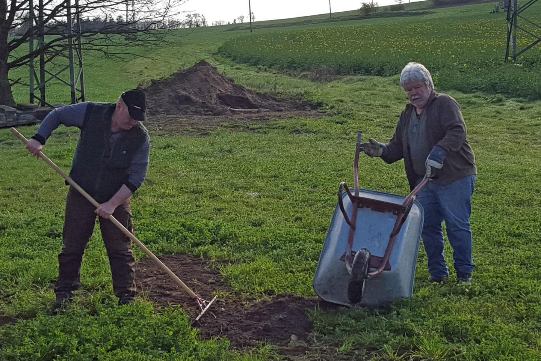 Löcher wurden eingeebnet und Gras gesät