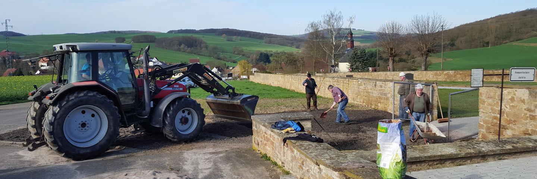 Traktoren halfen bei den groben Arbeiten