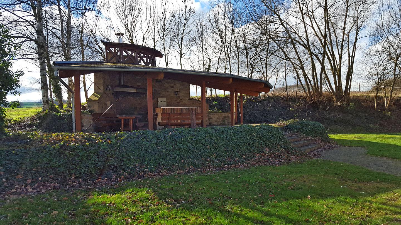 Die Grillhütte hinter der Dorfgemeinschaftshalle