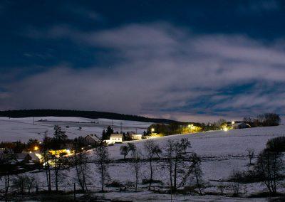 Ransweiler bei Nacht im Winterschnee