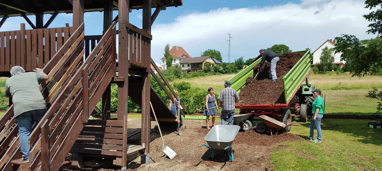 Neuer Farbanstrich für das Abenteuerhaus und frischer Rindenmulch wird verteilt