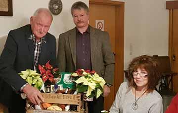 Volker Köhler, Ortsbürgermeister von Katzenbach, überreichte eine Geschenkkiste