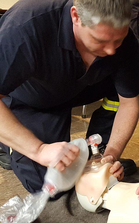 Übung der richtigen Beatmung an einer speziell präparierten Puppe.