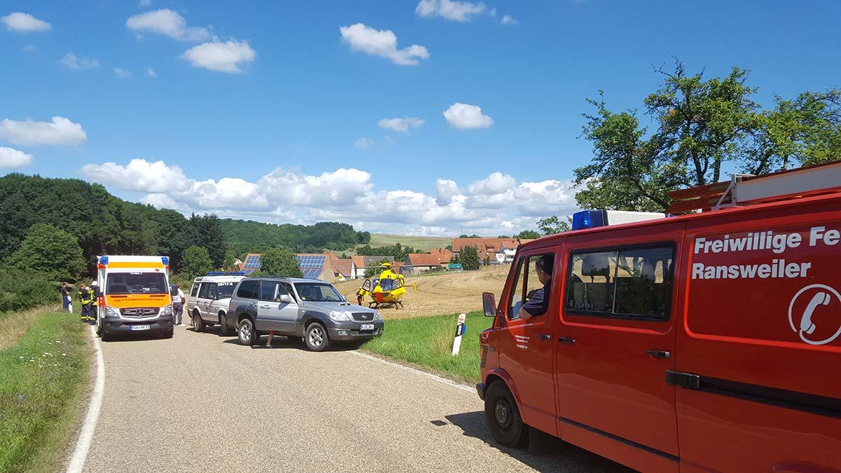 Rettungssanitäter bringen den Schwerverletzten zum Hubschrauber