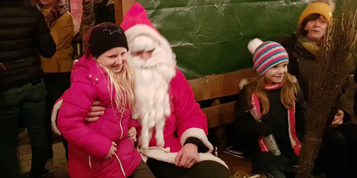 Am Abend besuchte der Nikolaus die Kinder auf dem Weihnachtsmarkt