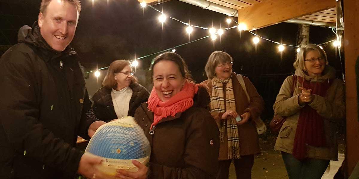 Die Gewinnerin der Weihnachtsgansverlosung freute sich riesig über den Festtagsbraten