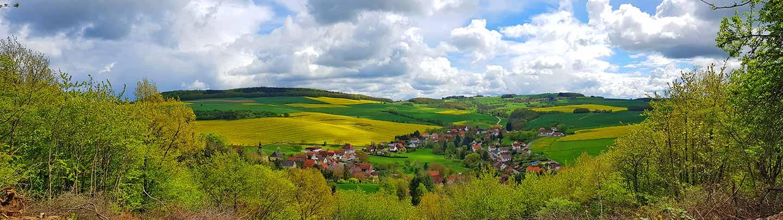 Panoramaaufnahme vom Aussichtspunkt am Wingertsberg auf die Ortsgemeinde Ransweiler