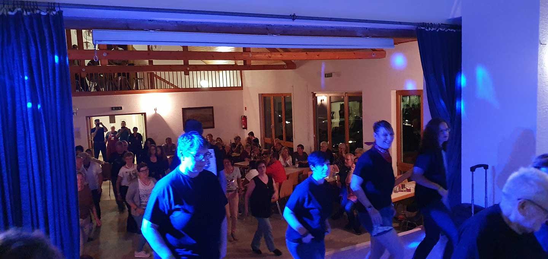 LineDance mit der Tanzschule Nickel – und das Publikum machte begeistert mit. Hier die Sicht von der Bühne auf die Tanzfläche.