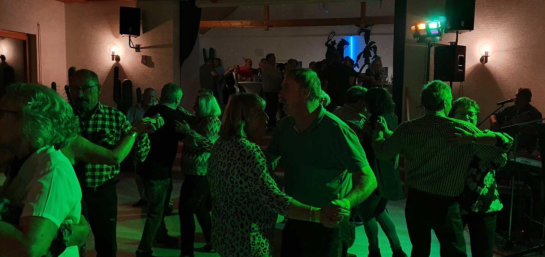 Die Tanzfläche war beim Tanzabend mit der Band Factotum mehr als voll.