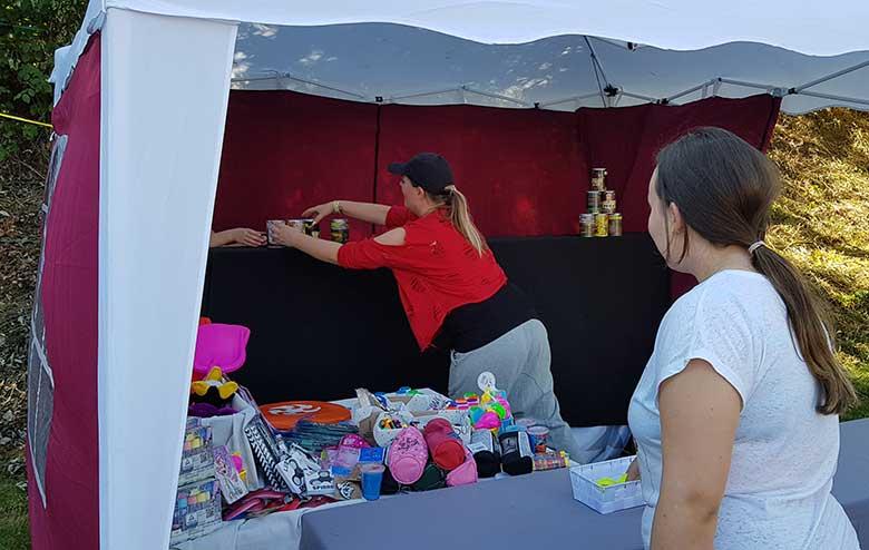 Viele Preise gab es beim Dosenwerfen im Zelt von Katharina Weber zu gewinnen.