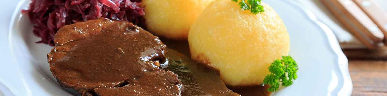Wildschweinrollbraten mit Kartoffelknödel und Rotkraut
