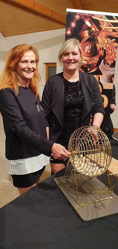 Auf schicker Bühne präsentierten die Gemeinderatsmitglieder Renate Stöckl (links) und Katharina Weber das Bingospiel.