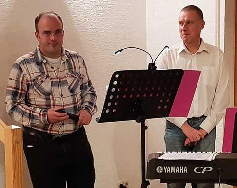 Musikalische Untermalung zum Abendessen: Das Duo Draws (links, Gesang) und Bommes (rechts, Keyboard) der Zoar-Werkstätten Rockenhausen spielte einfühlsame Lieder zum Abendessen.