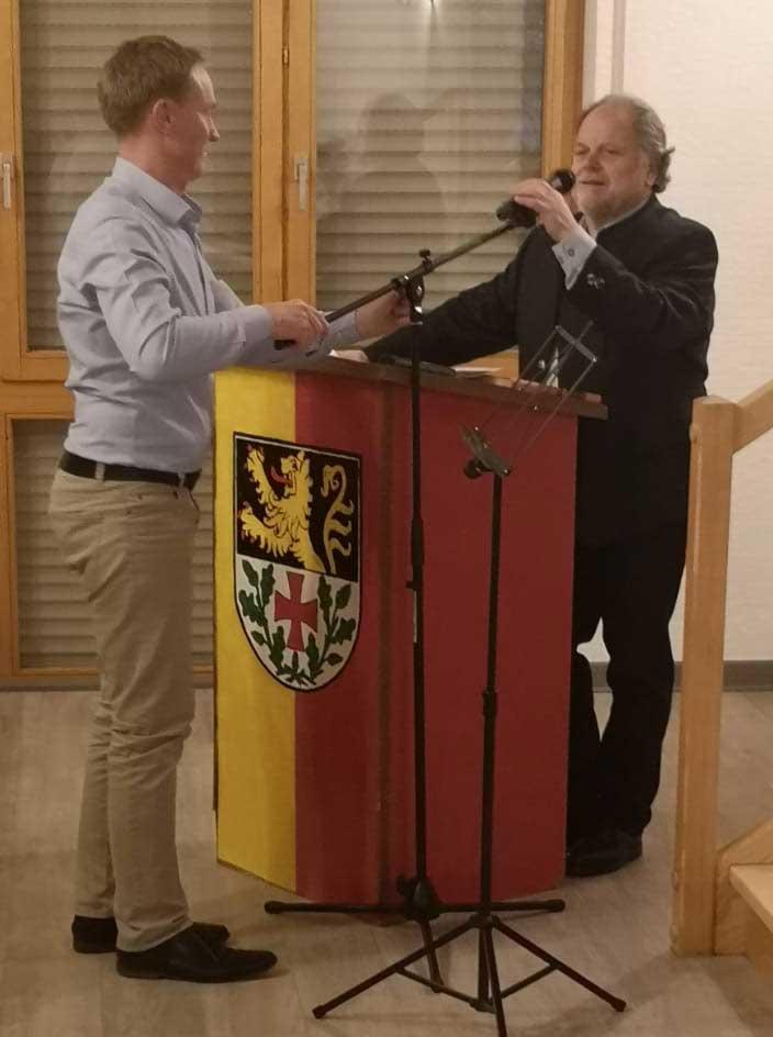 Hans-Jürgen Wieland (rechts) mit Uwe Rogge, dem neuen Chorleiter von Ransweiler-Waldgrehweiler.