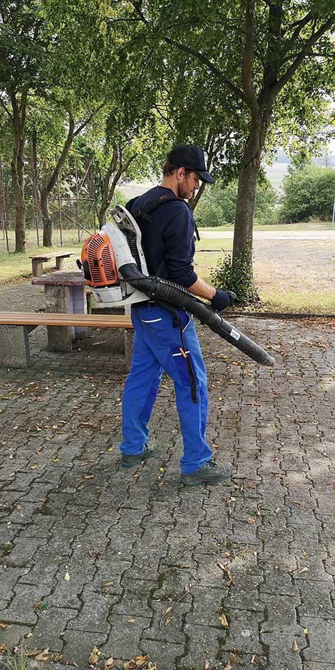 Im Frühjahr Unkraut im Herbst das Laub. Arbeitslos wird ein Gemeindediener nicht.