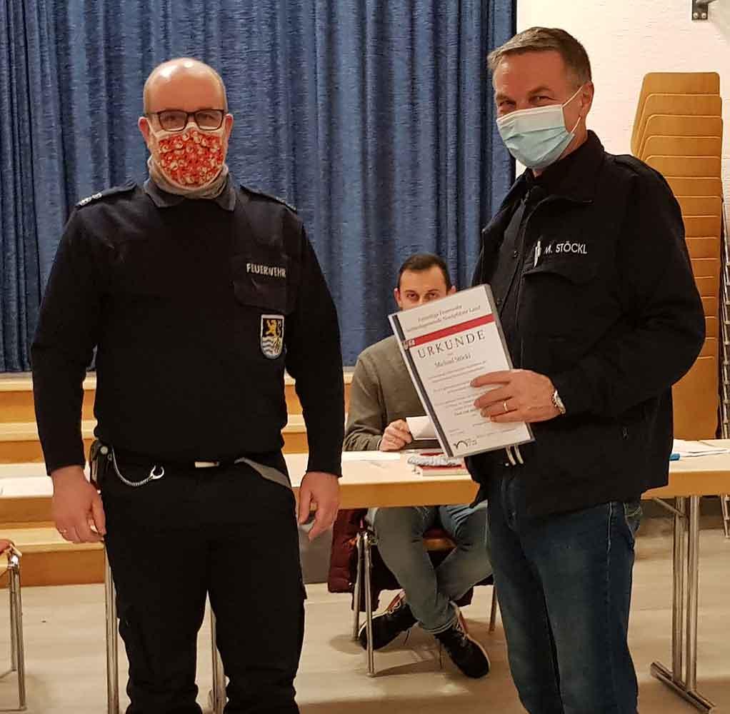 Der Wehrleiter der VG Nordpfälzer Land, Timo Blümmert (links), dankte Michael Stöckl für sein Engagement in der Feuerwehr Ransweiler
