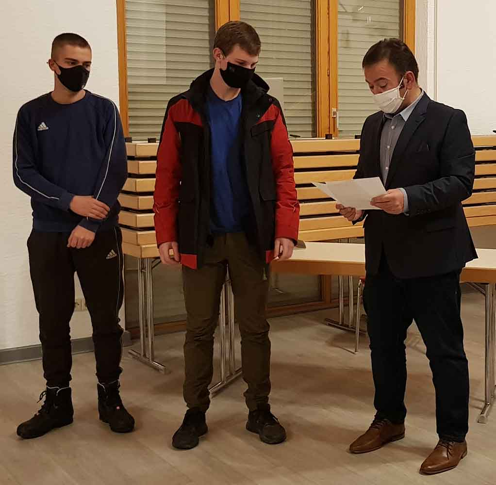 Die neuen Feuerwehrleute wurden vom Ersten Beigeordneten Güngör Aydin (rechts) verpflichtet.