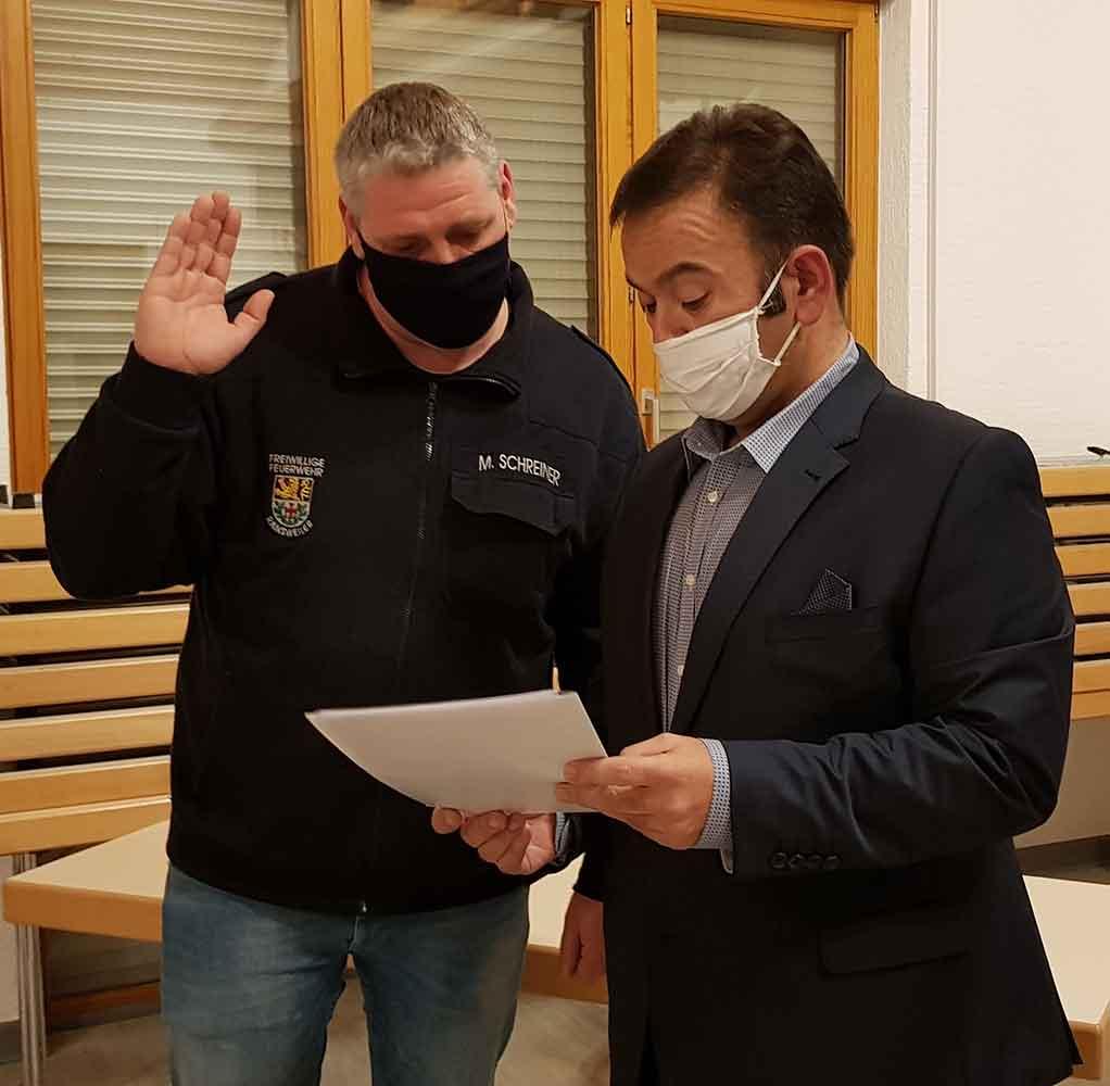 Mario Schreiner (links) bei seiner Vereidigung zum neuen stellvertretenden Wehrleiter
